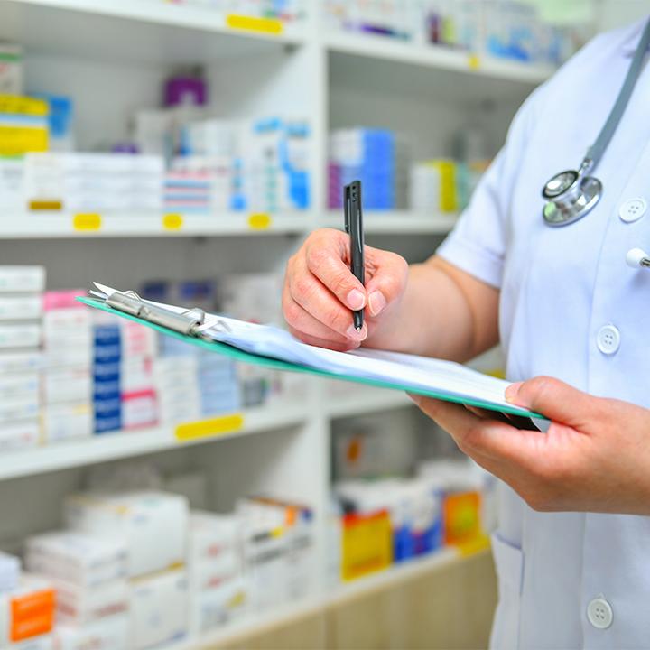薬剤の知識をアドバイスする「薬剤師」